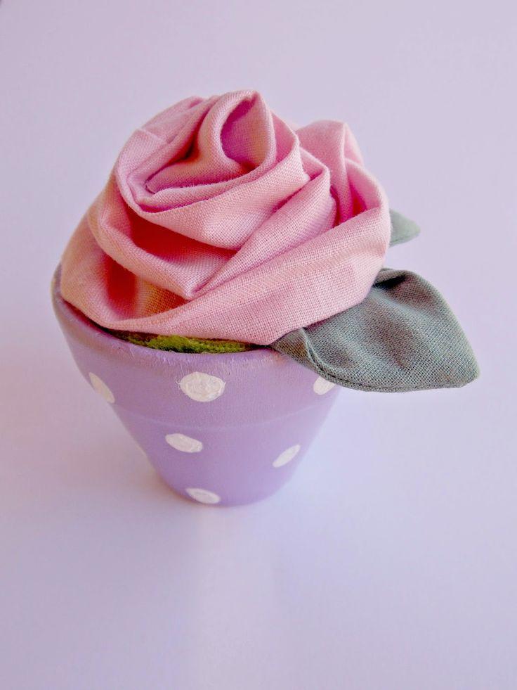 Un'idea carina per una bomboniera, per un regalo per la festa della mamma o per un pensierino a un'amica in qualsiasi occasione: un vasetto dipinto con una rosa in stoffa.