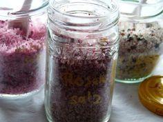 Aromatisierte Salze: Rosensalz, Hibiskussalz, Drei-Pfeffer-Salz