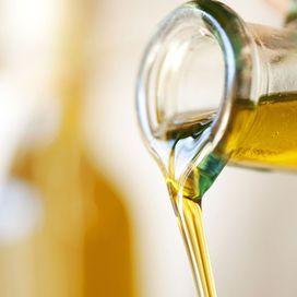 Gli ingredienti che ti servono sono pochi e semplici. Per una saponetta indicativamente: 1 kg di olio di oliva (va benissimo quello vecchio, non più utilizzabile come condimento), 128 gr di soda caus