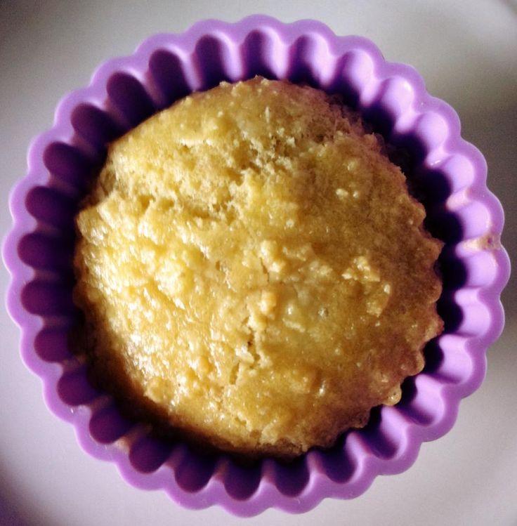 De citroencake. 1 koolhydraat per stuk. @heerlijk! Recept: 60 gram amandelmeel, 40 gram geraspte kokos, theelepel bakpoeder, drupje citroen aroma, 100 gram roomkaas, 60 gram roomboter, 3 eieren en zoetstof naar smaak. Alles mixen en in een ingevette cakeblik doen. Veertig minuten op 120 graden.