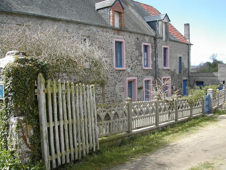 Gîte voor 6 personen, gesitueerd in karakteristieke boerderij met enkele boerderijdieren en volop speelruimte voor de kinderen. Op slechts 3 km van het strand van Portbail.