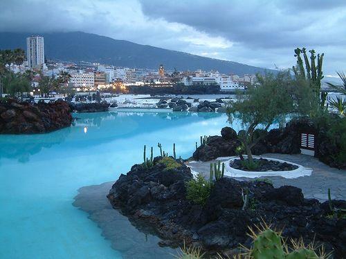 Puerto de la Cruz, en Tenerife, Santa Cruz de Tenerife.  Esta ciudad es un lugar turístico al noroeste de la isla.