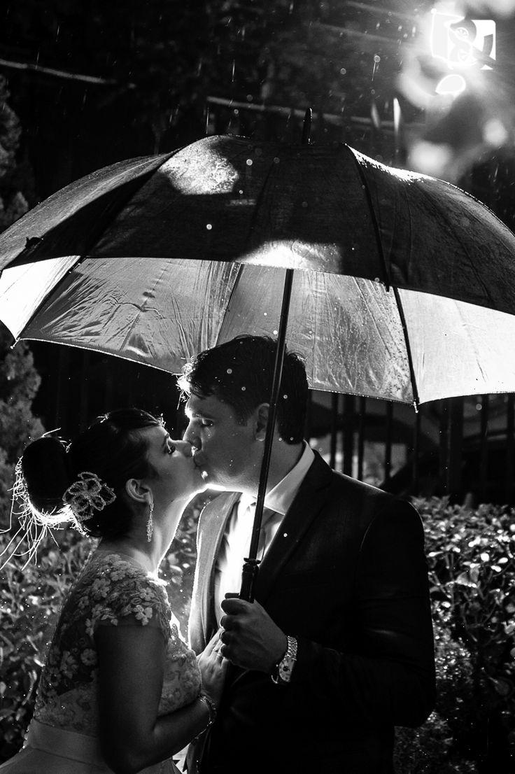 Fotos de Casamento na Chuva - Retrato de Noivos com Guarda Chuva, um lindo Preto e Branco Clássico.