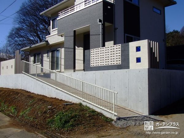 No.3831 格子ブロックとモノクロの壁がスタイリッシュな新築外構工事