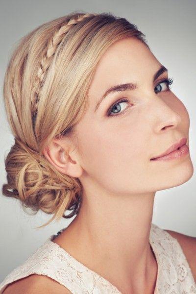 Raffinierte Steckfrisur für mittellanges Haar.