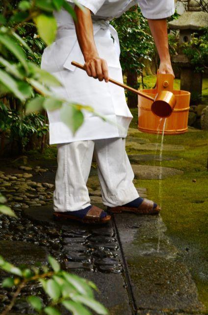 打ち水は、季節によって水の撒き方が違います。夏の暑い盛りには、涼しさを感じるよう何度も打ち水をすることが肝要ですし、逆に冬は寒さを感じない程度、最小限の打ち水でいいとされます。