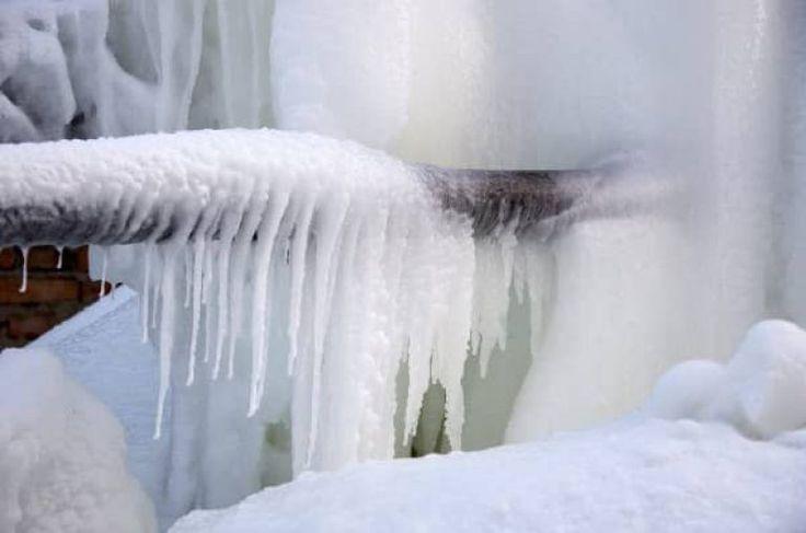 Замерзшие трубы снаружи дома