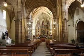 ...Iglesia de San Pablo......: Su interior ha sido reconstruido en varias ocasiones. Presenta en la actualidad una única nave de salón cubierta por bóveda de cañón con capillas laterales, la mayoría góticas.