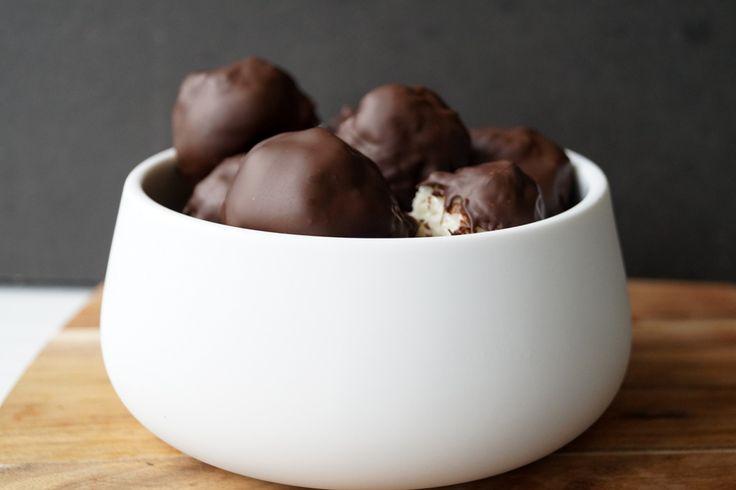 Bountykugler. De laves af tre ingredienser, og efter de er blevet formet skal de i køleskabet. De er super nemme at lave, så selv børn kan være med.
