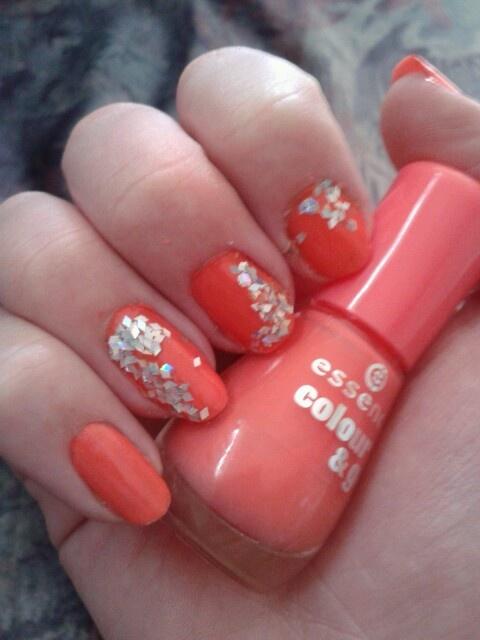 Koraal oranje en ruit vormige glitters. Bijde van essence. 109 off to Miami! & Zilverkleurige nail art kit.