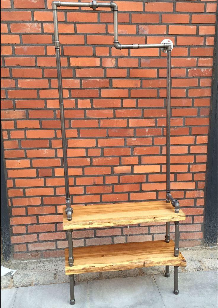 Garderobe und Schuhregal aus Industrierohr und Massivholz Brauneiche im Industriedesign