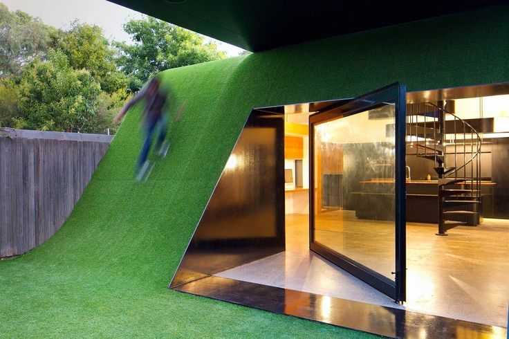 Na předměstí Melbourne stojí unikátní rodinný dům od slavného australského architekta Andrewa Maynarda. Hill House má moderní interiér, velkou kuchyň, krásné točité schodiště a soukromý uzavřený dvůr. Stavbu tvoří zelený kopec, po kterém se lze procházet.