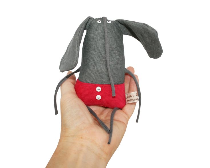 Petit éléphant empaillé, Miniature éléphant Art Doll, gris éléphant en peluche Animal adorable, petit éléphant avec Shorts framboise, jouets enfants, Poosac par poosac sur Etsy https://www.etsy.com/fr/listing/228148740/petit-elephant-empaille-miniature