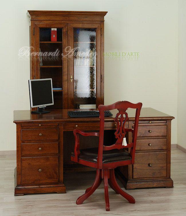Scrivania presidenziale in noce massello con cassetti e cassettoni, sedia girevole laccata rosso amaranto con seduta in pelle.