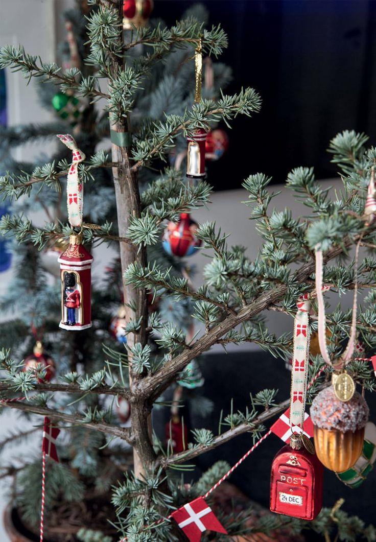Juletræ med fine julevedhæng