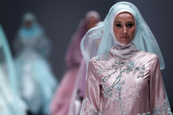 Pesona Gaun Pengantin Muslimah Ala Okky Setiana Dewi
