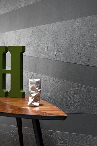 Połączenie niebanalnej faktury z metalicznym poblaskiem, pozwoli stworzyć zachwycający efekt trójwymiaru. Odcienie bieli i szarości uwydatniają wizualną atrakcyjność tej dekoracji. Proste, linearne wzory stanowią doskonały wybór do nowoczesnego wnętrza. Do takiej aranżacji warto wprowadzić jeden dodatkowy, intensywny kolor – na przykład butelkową zieleń.