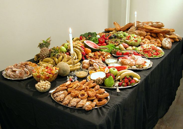 Gabrielle de Vieri, Dumpster Feast, 2004 Food recovered from supermarket and shop bins over one day, silverware, candles, table, tablecloths 280 x 145 x 140 cm