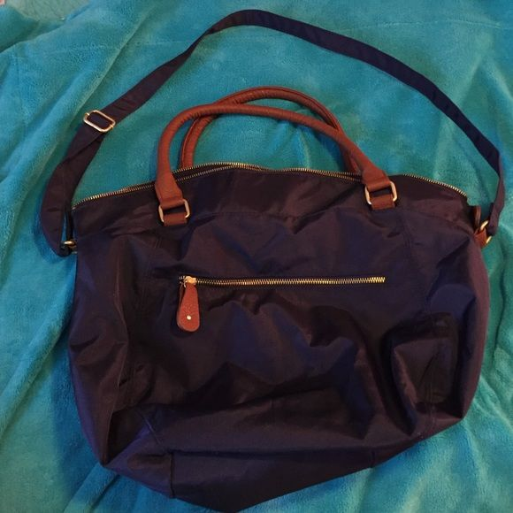 ⚡️Flash Sale!⚡️Large navy bag Large bag. Can be carried by the handles or you can use the shoulder strap. Several extra pockets, two with zippers. Roughly 18 inches wide and 14 inches tall. Perfect size for carrying the day's necessities or a few items for an overnight trip Old Navy Bags Travel Bags