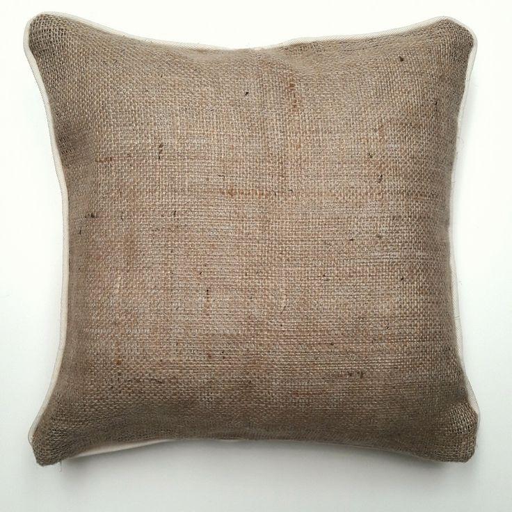 Almohadon de arpilleras y gabardina. Relleno de vellon siliconado. Funda desmontable con cierre y lavable. Medida 40cm x 40cm
