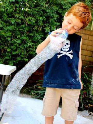 Le serpent de bulles est une idée originale pour faire des jolies bulles avec de l'eau et du produit vaisselle. Voila une activité qui plaira aux enfants à coup sûr !