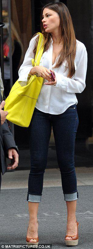 Bolsa amarela - Com jeans e camisa! A calça dobradinha + anabela está muito legal!