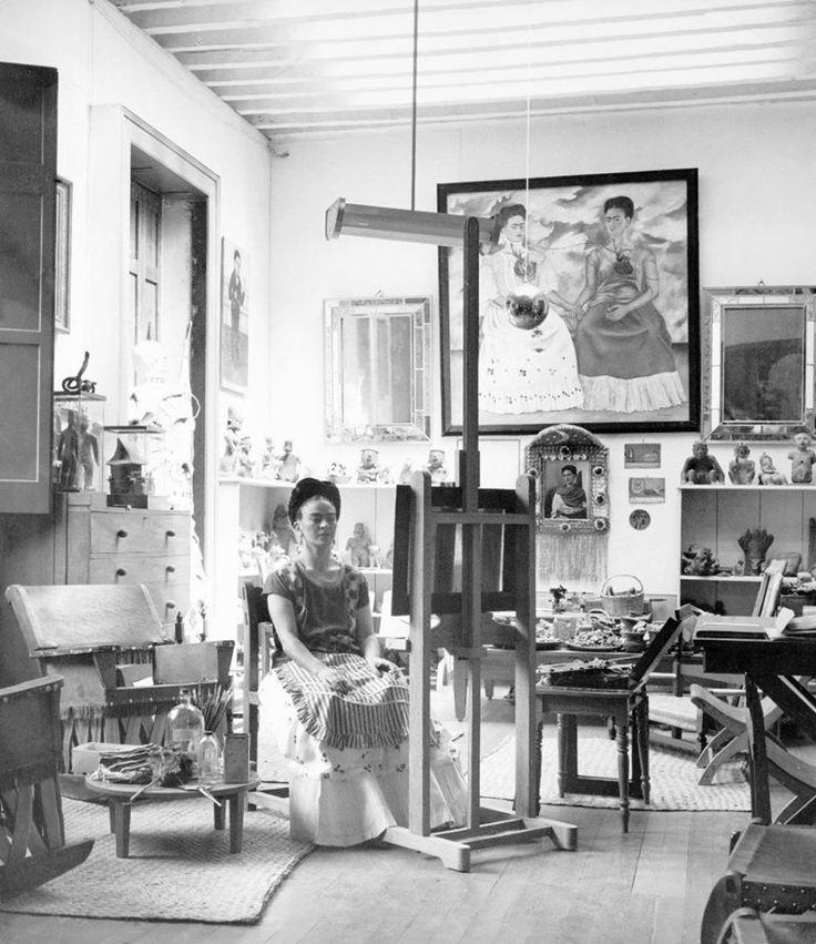 Na década de 1940, talvez como resultado de aclamação que se seguiu às suas exposições no exterior e à participação na grande Exposição Internacional do Surrealismo na Cidade do México, a carreira de Frida ganhou fôlego. O reconhecimento trouxe a reboque clientes, encomendas, um emprego de professora, um prêmio, uma bolsa, participação em organizações culturais, …