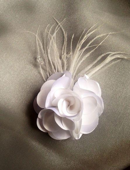 Flor+em+cetim+para+cabelo,+decorada+com+plumas+e+pedraria.+Acompanha+bico+de+pato.++Flor+de+8+cm R$ 40,00