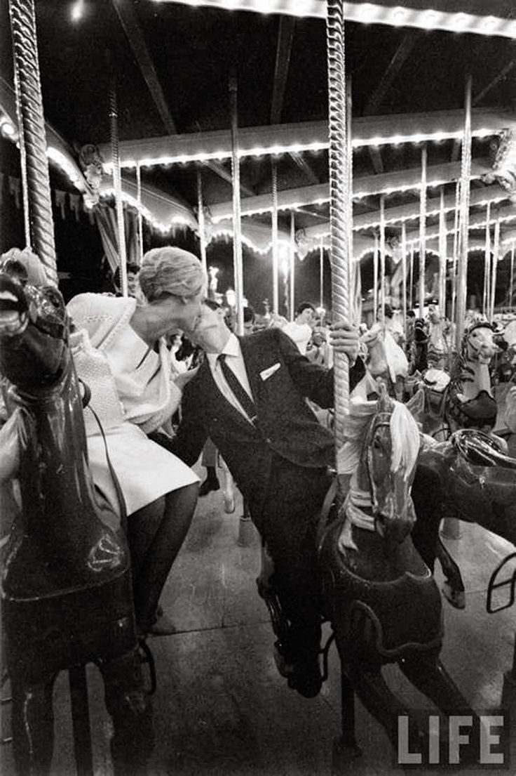 bacio vintage #merrygoround #giostre #lunapark #couple #kiss #kissme #romantic #love #amore #inspiration #editorial #vintage