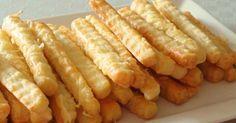 Tyto tyčinky jsou výborné snadné slané pohoštění pro návštěvu i malý hřích k televizi, který ale rozhodně stojí za to. Doporučuji vyzkoušet z cheddaru! Množství soli upravujte podle slanosti sýra-pokud je sýr slanější, dejte soli méně. Potřebujeme  250 g hladké mouky 200 g másla 200 g strouh