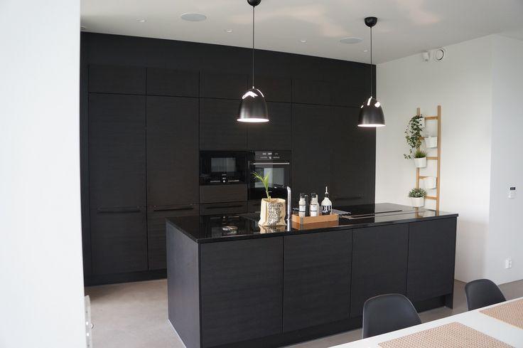 Musta keittiö - black kitchen Puustelli