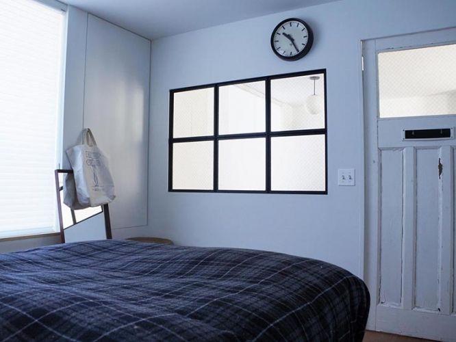 黒縁の窓の先はLDK。室内窓は部屋越しに採光できるだけじゃなく、部屋に開放感も与えてくれますね。