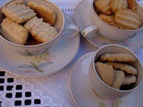 Faz tempo que meu amigo Paulo Chanel me emprestou o velho caderno de receitas de sua tia Aurea, com recomendação especial aos biscoitos bic...