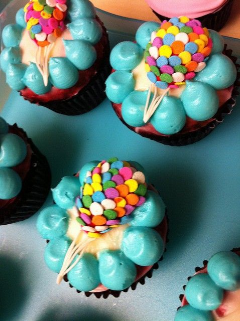 hot air balloon cupcakes, will be so cute to make for an UP theme birthday :)