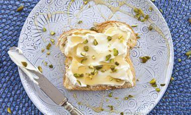 Bílý chléb s medovou pomazánkou a pistáciemi