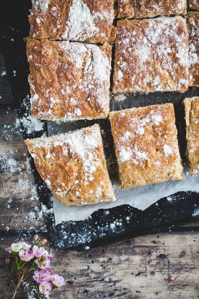 Jag ska erkänna något för er, att baka matbröd är inte min grej riktigt. Jag har ett par sorters bröd på min reportrar som jag gillar att baka. Som jag oftast lyckas med. Och en sak har de alla gemensamt, de är inte speciellt svårbakade. Och det här brödet kvalar garanterat in i den ka