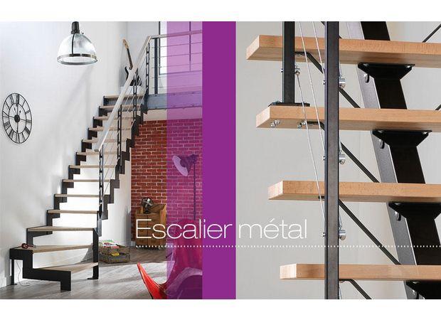 L'escalier quart tournant sur mesure permet de gagner l'étage sans encombrer l'espace.        Des marches ajourées soulignent son design aérien. La composition à la carte permet une intégration harmonieuse.