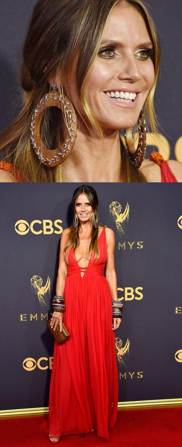 Heidi Klum voltou a investir na sensualidade com um vestido vermelho decotado  Peter Dundas. Sandálias Giuseppe Zanott,  joias Lorraine Schwartz e clutch Atelier Swarovski