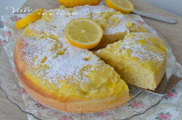 Torta con crema al limone soffice e senza burro, senza grassi, con yogurt nell'impasto e tanta golosa e profumata crema al limone, ideale per la colazione