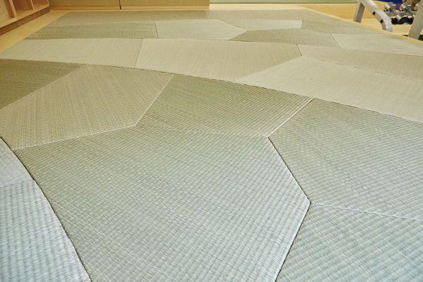 変形縁なしデザイン畳について、宮城県石巻市の畳専門店「草新舎」の代表取締役・高橋寿さんに取材した。 デザインできる変形畳「XT」 草新舎は、天然素材で加工したデザイン畳「XT」を製造販売している。 従来の畳と異なり、自由なデザイン表現が可能で、用途に合わせて1センチメートル刻みのオーダーもできる。 ネット上で