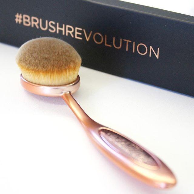 Der Oval Face Brush von Makeup Revolution, es gibt aber noch viele weitere Größen dieser traumhaft weichen Pinsel bei uns im Onlineshop   #brushrevolution #kosmetik4less #makeuprevolution #ovalbrush #makeupbrush #kosmetikpinsel #brush #pinsel #facebrush