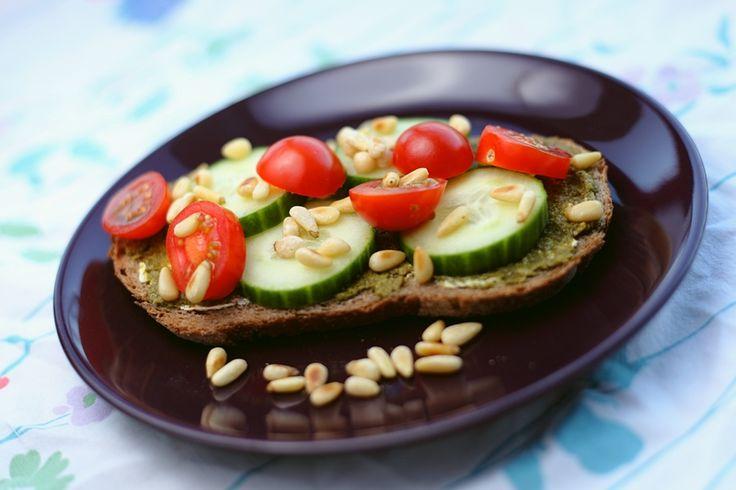 Makkelijk, gezond en lekker zijn de kenmerken van dit broodje! Pesto zonder kaas vind je onder andere bij Albert Heijn, van Puur&Eerlijk.