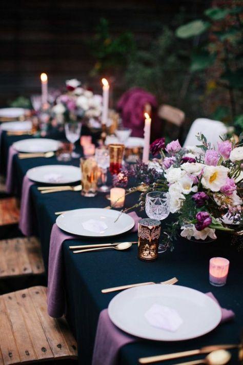 dressage de table -décoration-nappe-bleu-foncé-serviettes-violet-couverts-or-rose