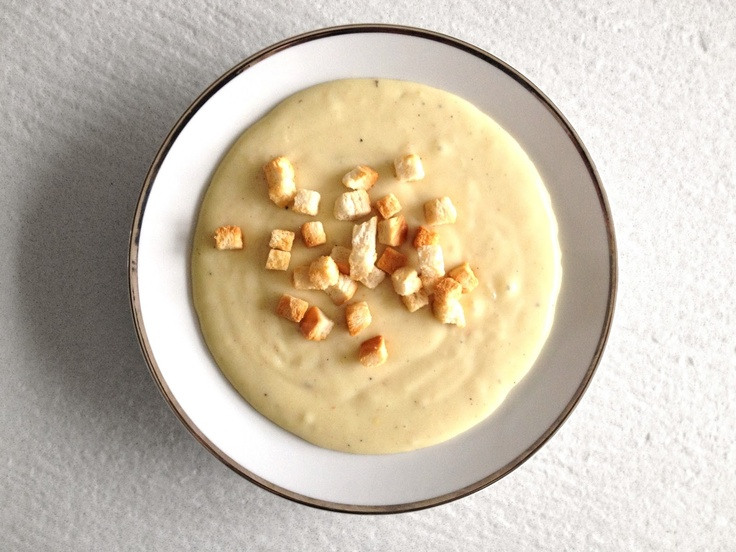 Vellutata di patate x 2 persone: 4 patate/1cipolla piccola/latte & pepe/crostini di pane. Ricetta su http://detailsofus.blogspot.it/2013/03/vellutata-di-patate.html