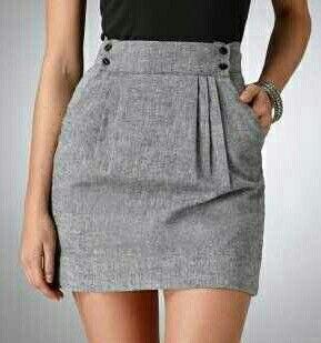 Falda con prenses frontales y bolsillos laterales.