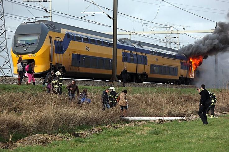 In een intercitytrein heeft woensdagmiddag een uitslaande brand gewoed. De trein werd stilgezet langs het Amsterdam-Rijnkanaal. Alle passagiers konden veilig uit de dubbeldekker worden gehaald en niemand raakte gewond. De politie hield kort na het uitbreken van de brand drie jongens aan op verdenking van betrokkenheid. Foto ANP