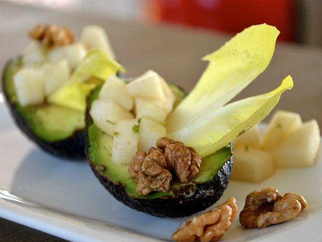 Paleo-avocado1 rijpe peer 1 limoen 1 rijpe avocado 1 eetlepel walnoten 1 witlof Olijfolie (koudgeperst) Himalayazout en peper naar smaak