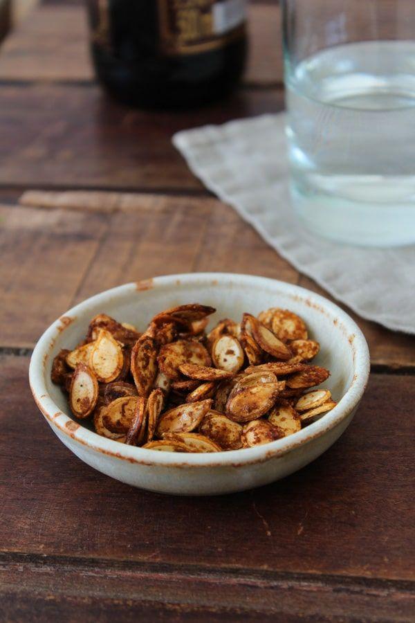 Uma receita para não jogar nunca mais as sementes de abóbora no lixo. Uma entrada feita com especiarias e azeite de oliva, saudável e sustentável.