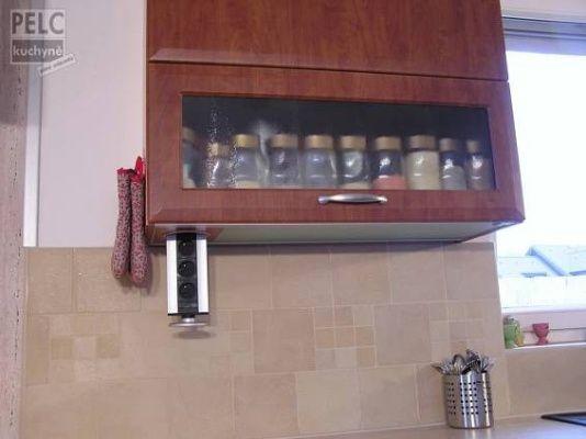 Elektrické vysouvací zásuvky z horní skříňky.