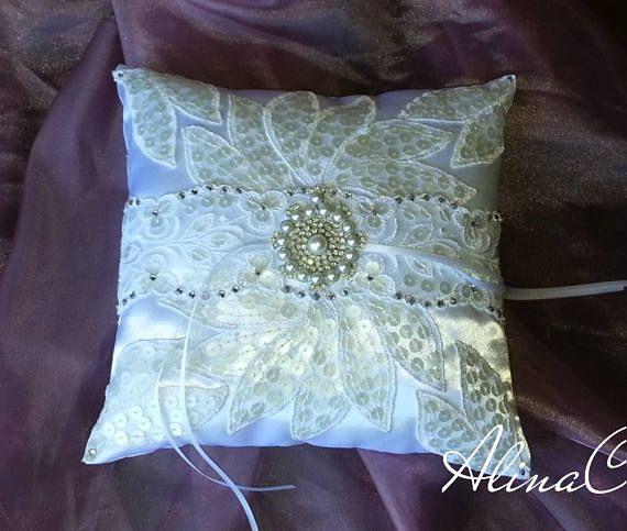 Cuscino portafedi di raso bianco con foglie in pizzo ricamato